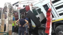 Video-del-camion-caduto-dal-ponte-dellautostrada-in-un-villino-a-Termini-Imerese