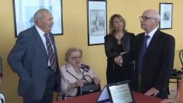 Premiato-il-Dott-Morreale-con-una-targa-dal-Dott-Pravata-per-il-suo-90-compleanno