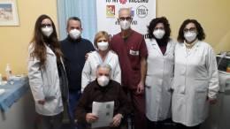 nunzio-guzzo-con-gli-operatori-del-centro-vaccinazioni-dellospedale-di-termini-imerese